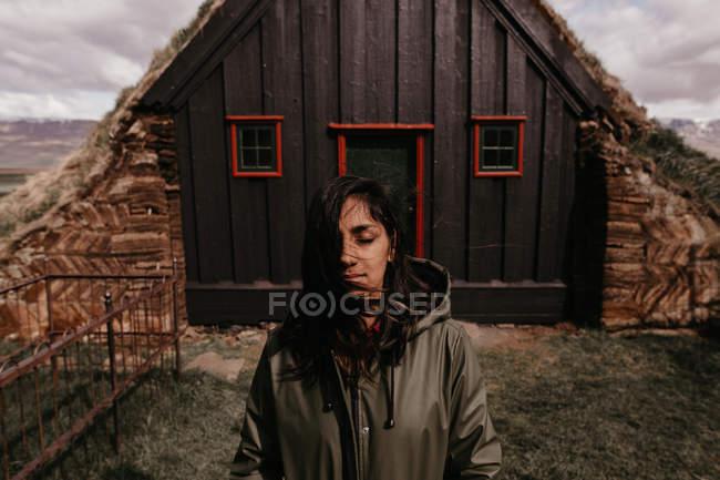 Женщина позирует возле Старая церковь — стоковое фото