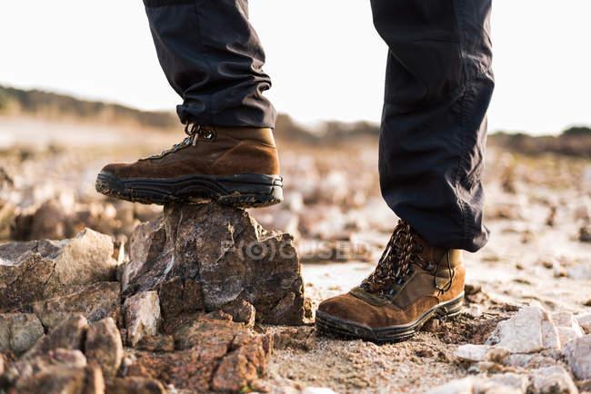Tiro de colheita de macho em botas — Fotografia de Stock