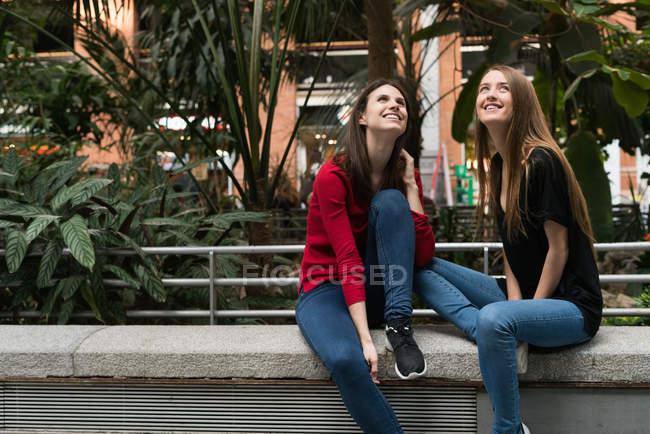 Deux jeunes amis jolies — Photo de stock