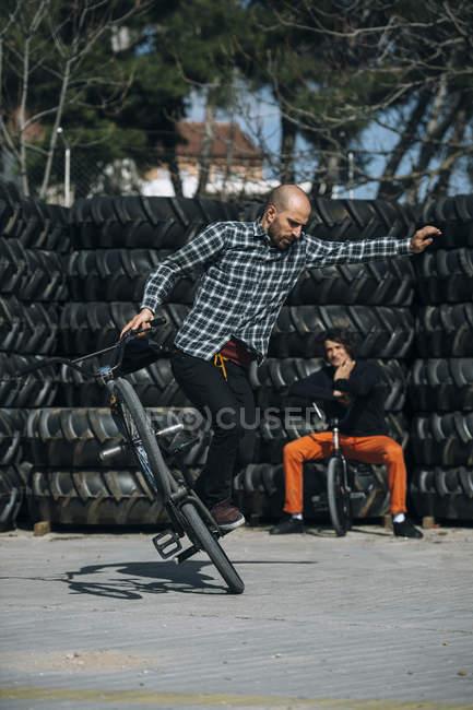 Homme des truc sur un vélo — Photo de stock