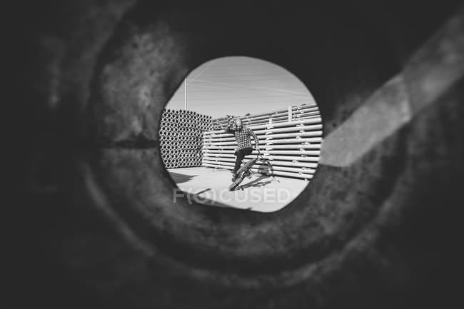 Tiro através do tubo de BMX piloto — Fotografia de Stock