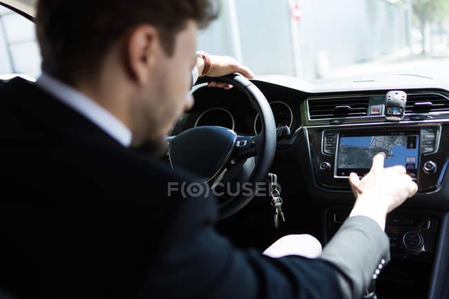 Hombre usando navegador en coche - foto de stock