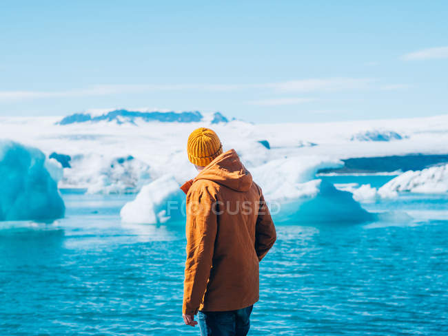 Homme regardant glacier — Photo de stock