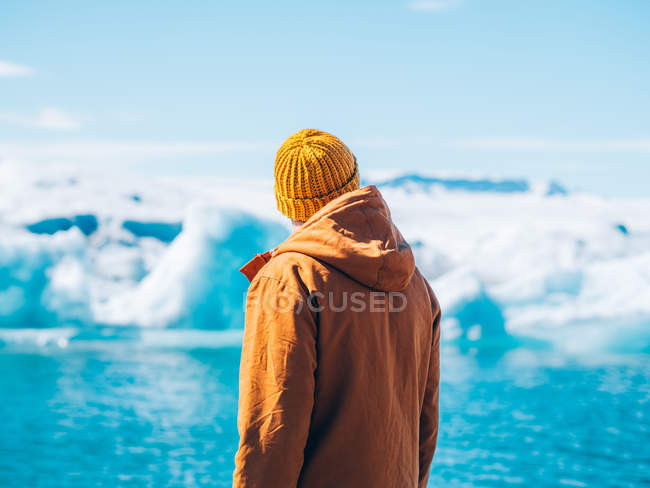 Homem olhando glaciar — Fotografia de Stock