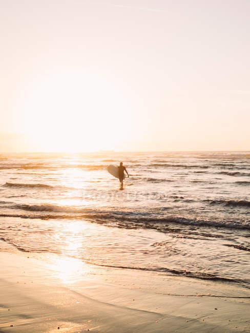 Серфер, прогулянки на пляж. — стокове фото