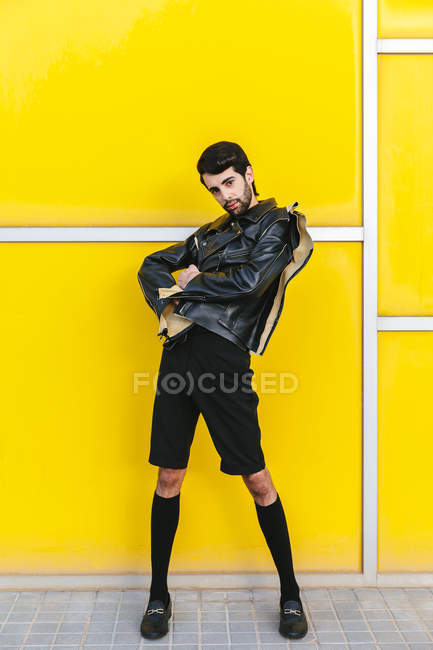 Fashion man posing over yellow wall — Stock Photo