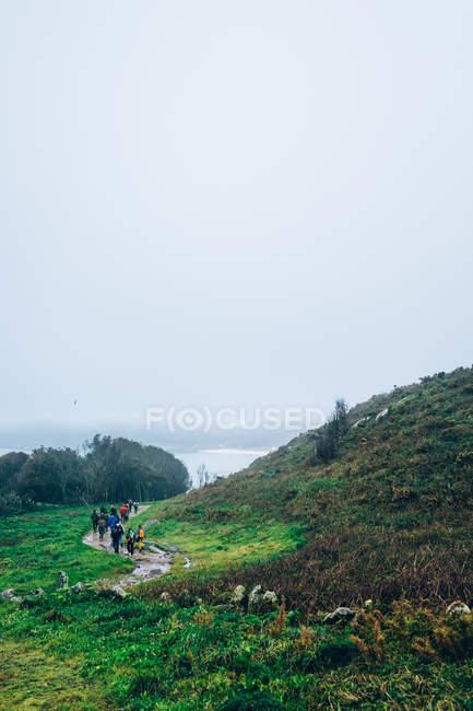 Fußweg mit Wanderern — Stockfoto