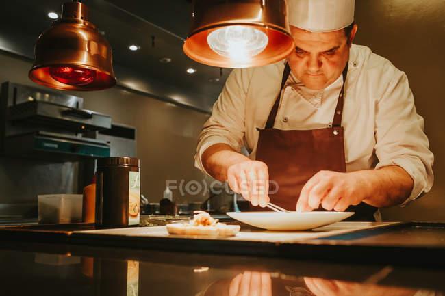 Faire cuire une assiette avec le plat — Photo de stock
