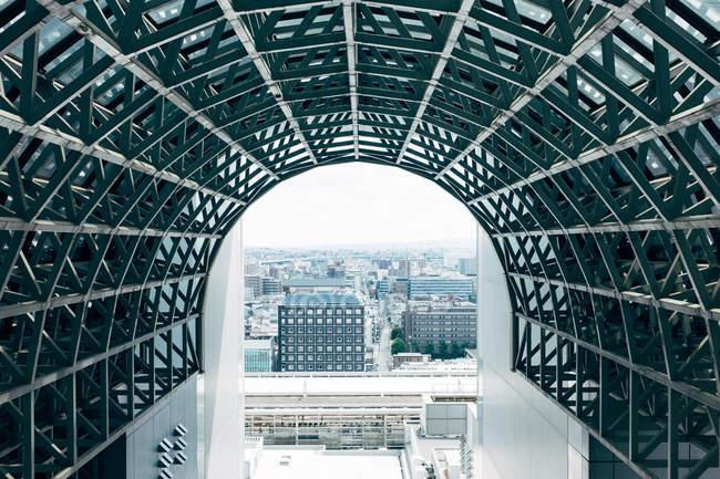 Paysage urbain à travers l'immense arche . — Photo de stock