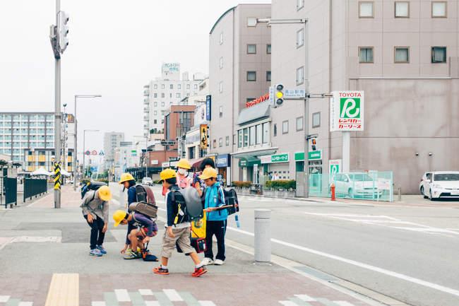 Kids wearing helmets walking in sidewalk — Stock Photo