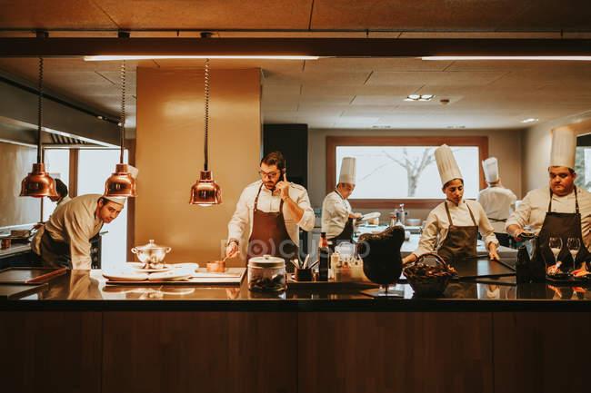 Koch telefoniert in der Küche — Stockfoto