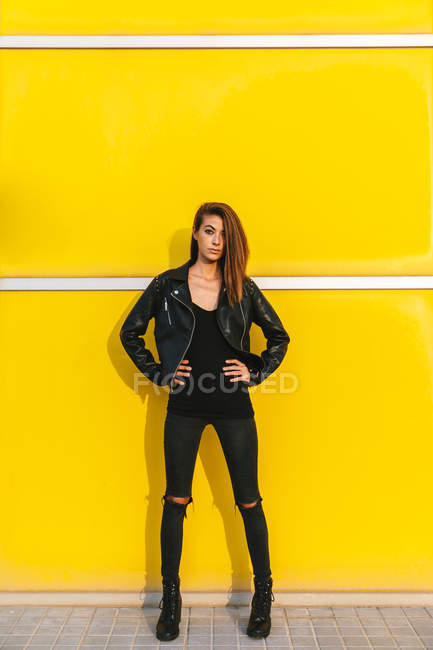 Fashion girl posing — Stock Photo