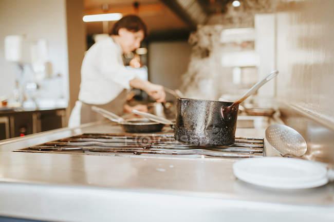 Кипіння спалили каструлю на плиту — стокове фото