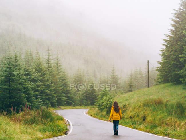 Mädchen zu Fuß Waldstraße — Stockfoto