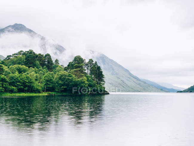 Mountain lake in Highlands — Stock Photo
