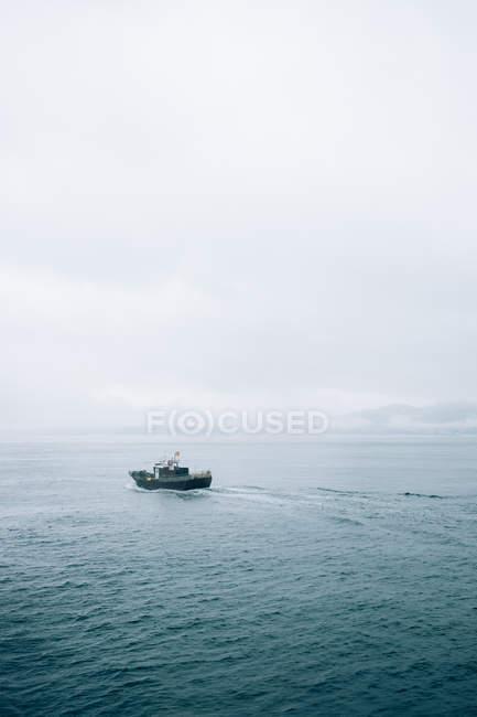 Маленькая лодка в море — стоковое фото