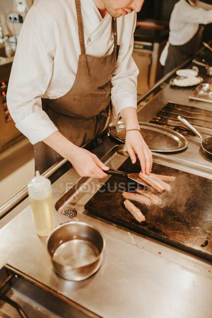 Професійний кухар смаження tunna — стокове фото