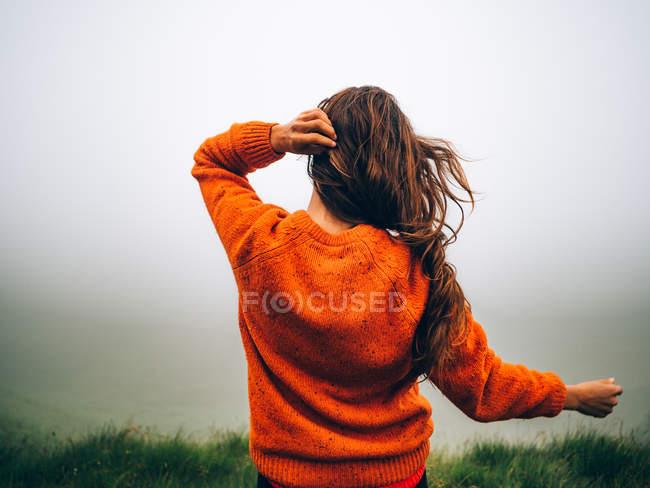 Voyageur brune aux cheveux venteux — Photo de stock