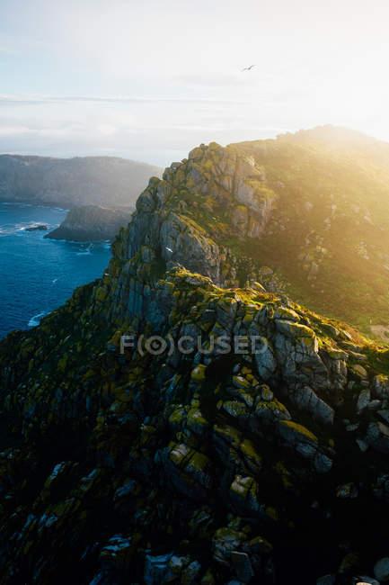 Берег горной во время заката — стоковое фото