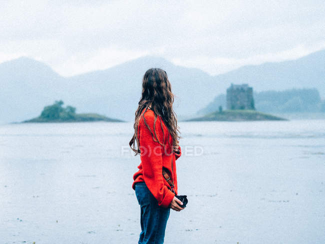 Girl standing over misty ruined towers — Stock Photo
