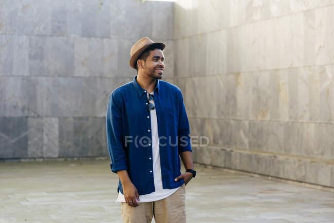 Uomo in posa con cappello sulla strada — Foto stock
