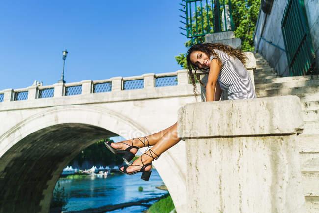 Träumende Touristen posiert auf Straße — Stockfoto
