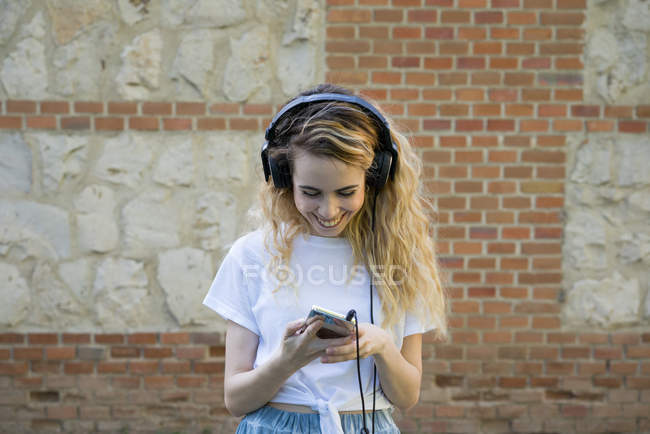 Menina alegre com fones de ouvido — Fotografia de Stock