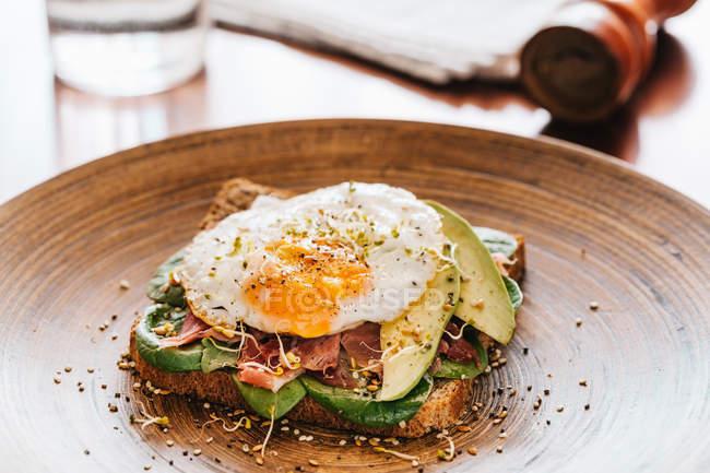Вкусный бутерброд с яйцом — стоковое фото