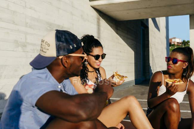 Jugendliche bei Street Pizza essen — Stockfoto