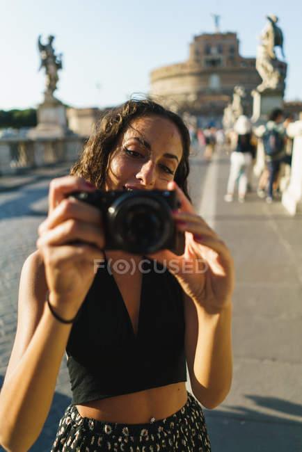 Foto de mujer teniendo al fotógrafo - foto de stock