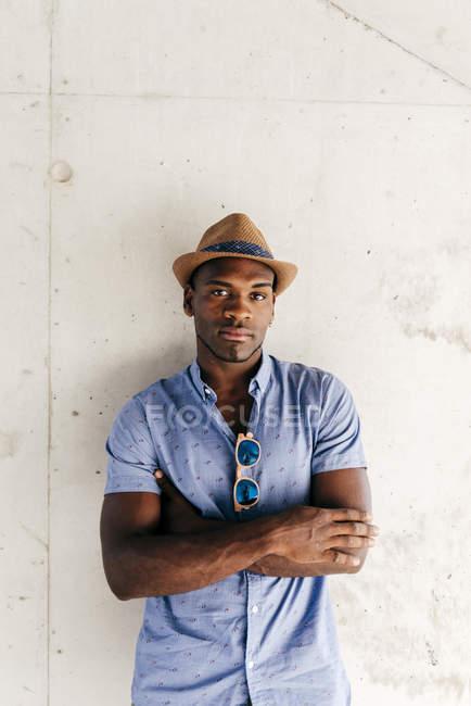 Homem elegante posando com chapéu — Fotografia de Stock