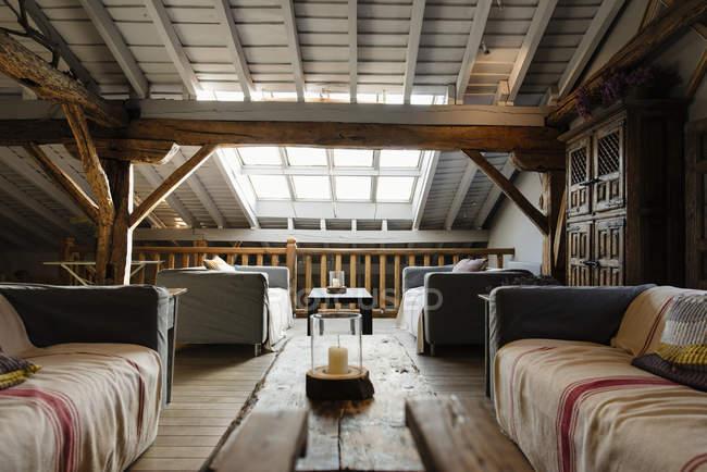 Interno della camera accogliente mansarda — Foto stock