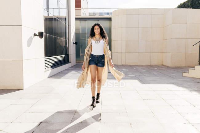 Femme assez confiante sur la rue — Photo de stock