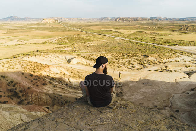 Man relaxing on cliff — Stock Photo