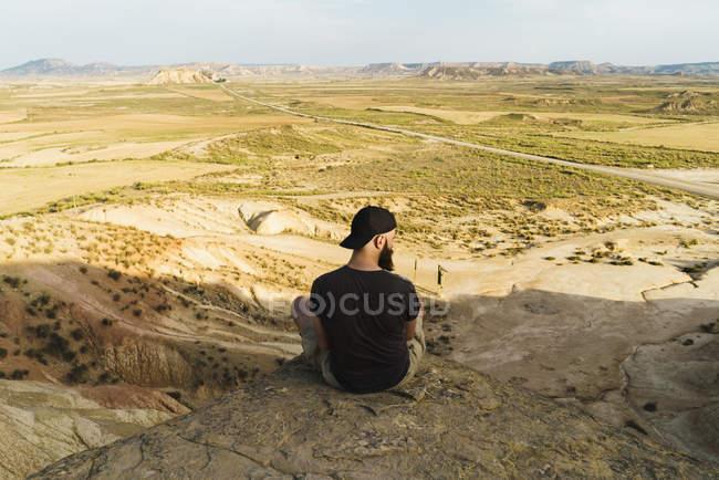Auf einer Klippe entspannenden Mann — Stockfoto