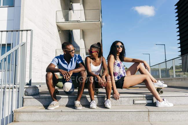 Stilvolle Menschen posieren mit skates — Stockfoto