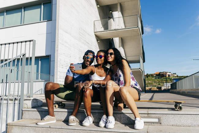 Giovani in posa per selfie in strada — Foto stock