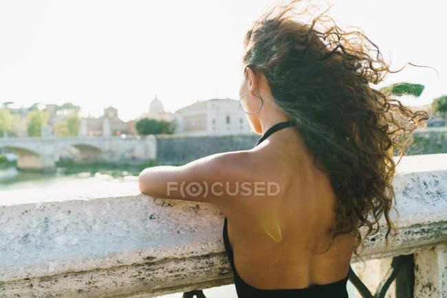 Träumende Mädchen posiert auf Straße — Stockfoto