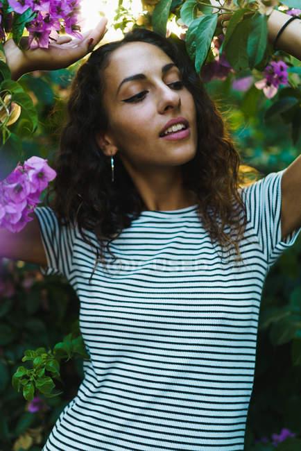 Sinnliches Mädchen in blühenden Bäumen — Stockfoto