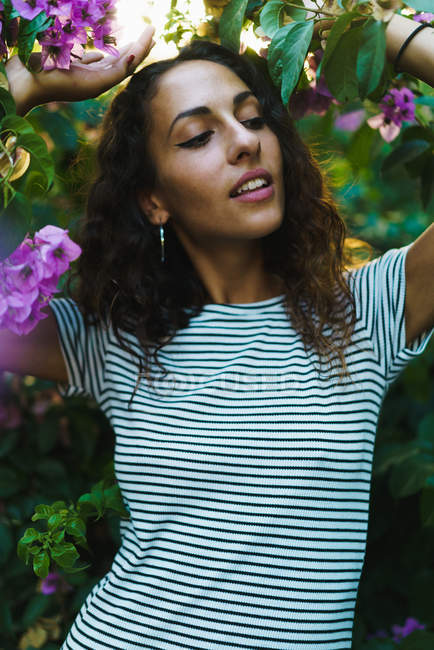 Menina sensual em árvores florescentes — Fotografia de Stock