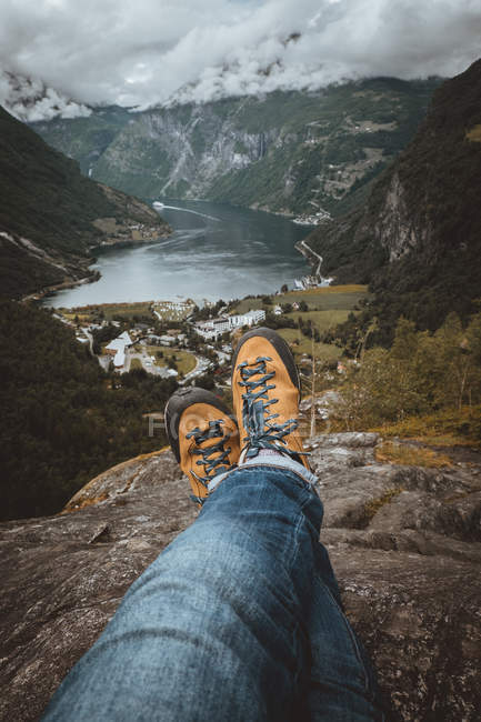 Crop person sitting on cliff — Stock Photo