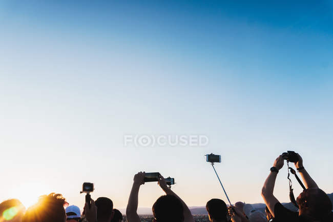 Tourists on cityscape taking photos — Stock Photo