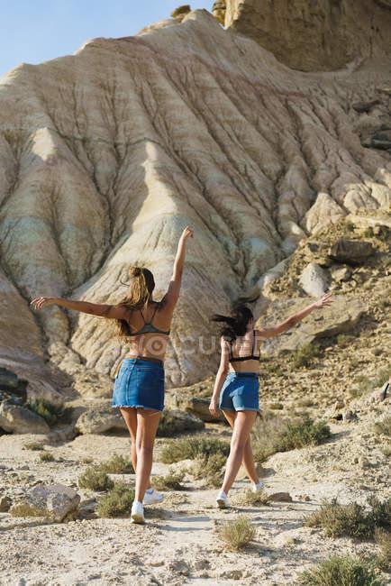 Mulheres caminhando na colina — Fotografia de Stock