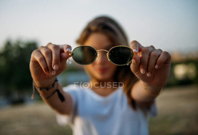 Mulher bonita mostrando óculos — Fotografia de Stock