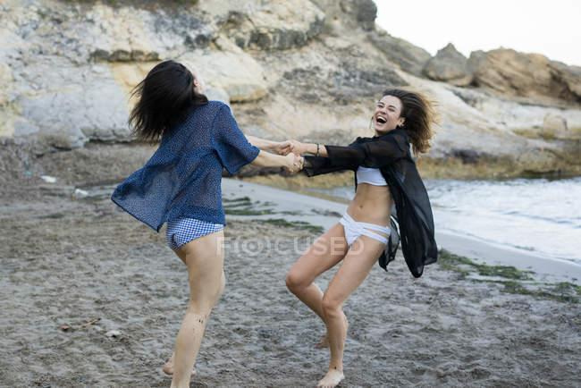 Fröhliche Mädchen spielen im sand — Stockfoto