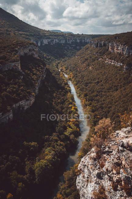 Vista pitoresca do cânion com árvores — Fotografia de Stock