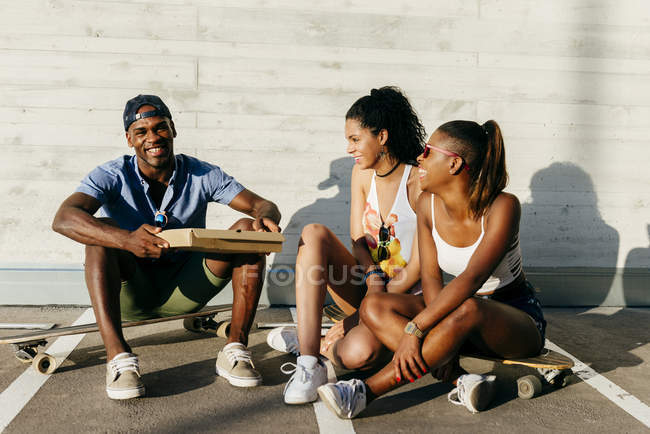 Jugendliche essen Pizza auf der Straße — Stockfoto