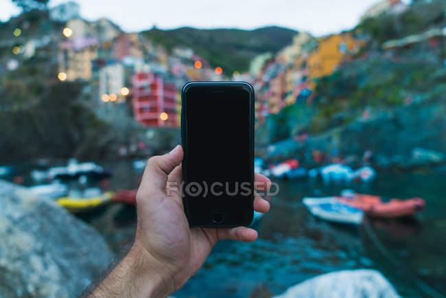 Hombre con smartphone en la bahía, Manarola - foto de stock
