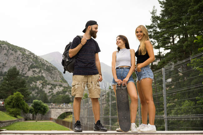 Amis avec ensemble de skateboard — Photo de stock