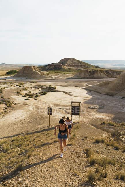 Femmes marchant sur la colline de sable — Photo de stock